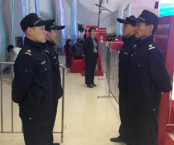 北京时间2014年4月26日,应老朋友万达之邀,我公司为其执行开盘典礼活动,出席安保人员60名。值得一提的是,活动当天,天公不作美,活动全天大雨磅礴,不过安保任务却进行的很正常,并没有因为下雨天而怠慢工作任务,活动现场也如火如荼,异常火热、本次活动于中午2点顺利结束。